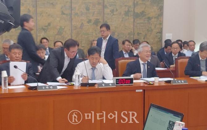 박양우 문화체육관광부 장관()이 오후 국정감사 시작전 자료를 검투중이다. 사진. 박세아 기자
